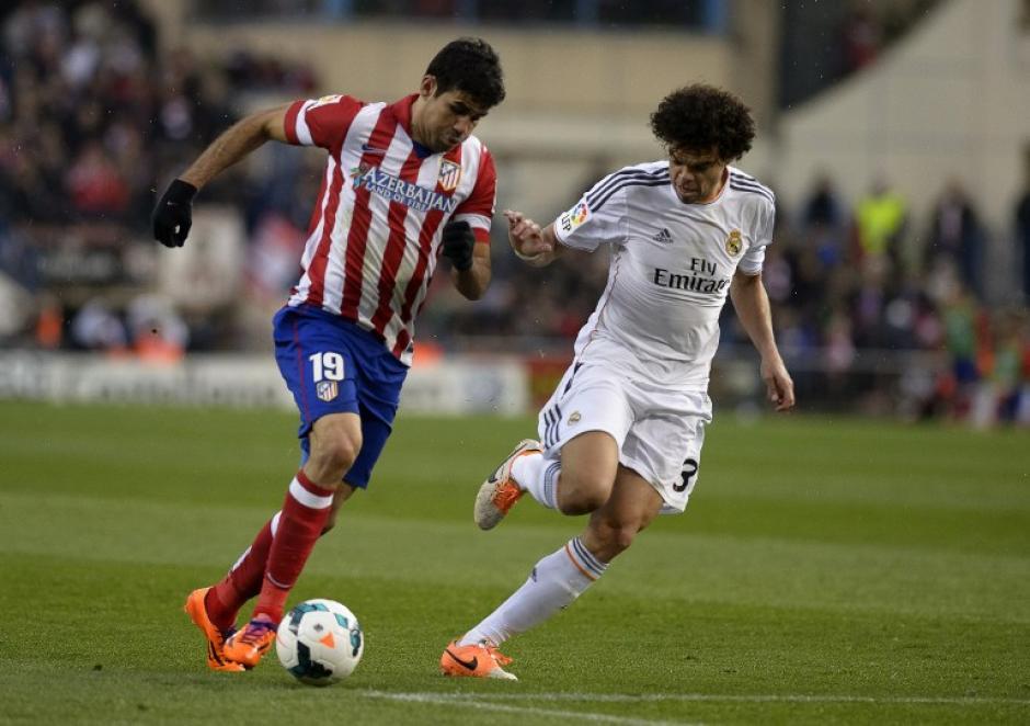 La defensa del Real Madrid tuvo una tarea complicada durante el juego. Pepe del Madrid intenta quitarle la pelota a Diego da Silva del Atlético. (Foto: AFP)