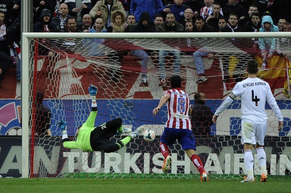 Diego López no pudo detener la pelota lanzada por Gabi que empató los mantuvo algunos minutos sobre el Real Madrid. (Foto: AFP)