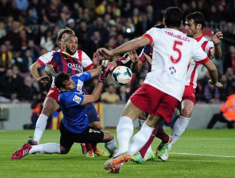 Dani Alves del Barcelona intenta quitar la pelota al portero del Almería, Esteban Andres Suarez. (Foto: AFP)