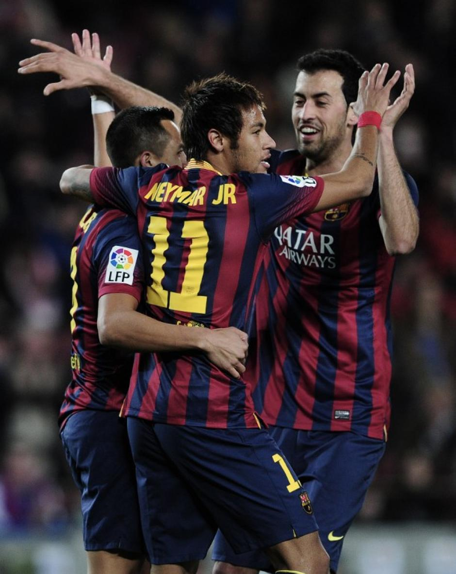 El chileno Alexis Sánchez anotó el primer gol del partido. Lo celebra junto a Neymar y Busquets. (Foto: AFP)
