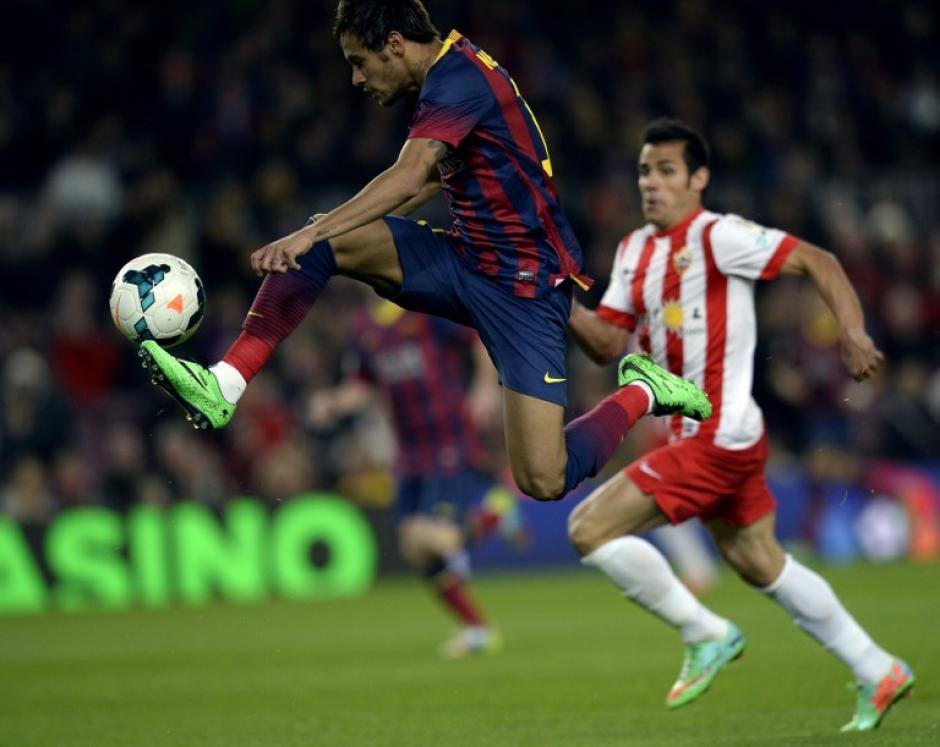 Neymar salta para mantener la bola en el juego contra el Almería en el Camp Nou. (Foto: AFP)
