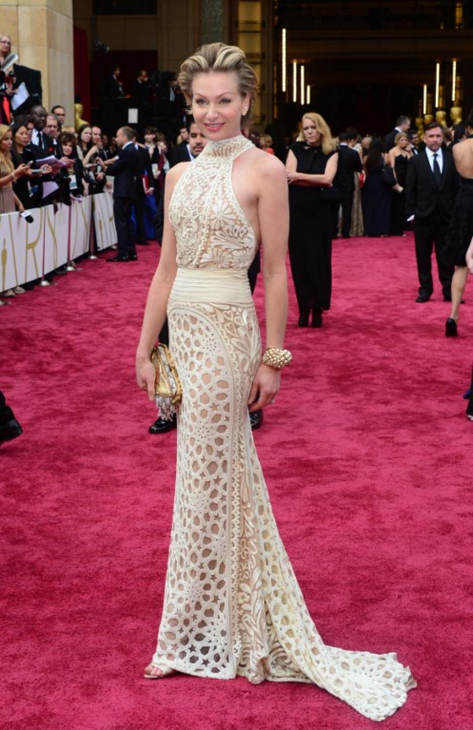 Portia de Rossi, pareja de la presentadora Ellen Degeneres, llega con un vestido en tonos pálidos y un peinado recogido. Es notorio el peso que ha perdido. (Foto: AFP)