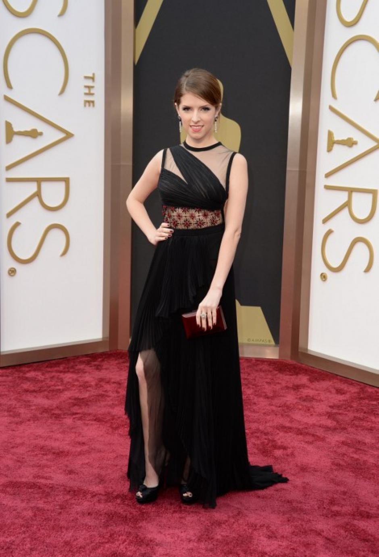 La actriz Anna Kendrick enn un vestido negro con trasparencias y espalda abierta. (Foto: AFP)