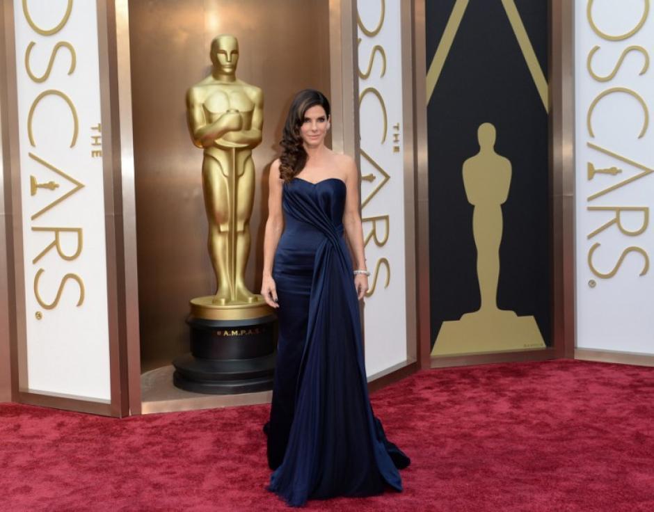 """Sandra Bullock, nominada a mejor actriz por la película """"Gravity"""", en azul marino y con """"smokey eyes"""". (Foto: AFP)"""