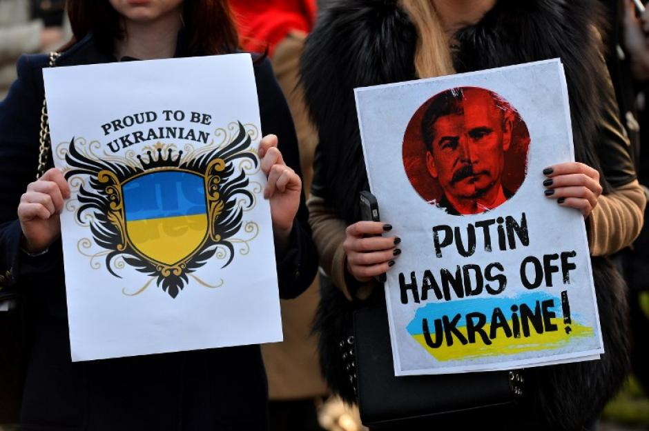 En diversos lugares del mundo no se han hecho esperar las manifestaciones de repudio ante lo que ocurre en Ucrania. En la ciudad de Londres manifestantes se apostaron frente al parlamento inglés con carteles y banderas de la convulsa nación. (Foto: AFP)