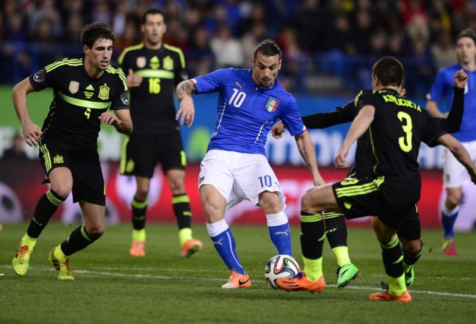 El italiano Pablo Daniel Osvaldo trata de abrirse paso entre los defensas españoles. (Foto: AFP)