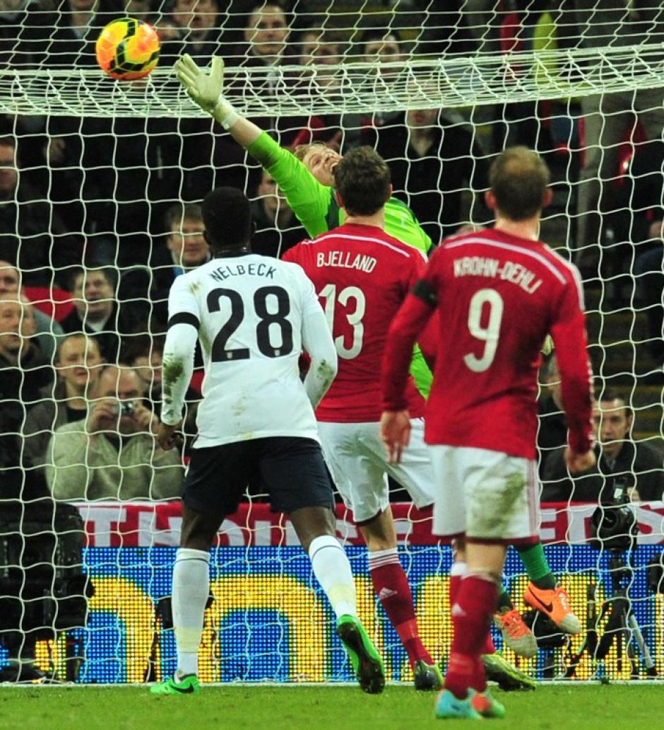 Este remate de Sturridge fue el que le dió el triunfo a Inglaterra sobre los daneses. (Foto: AFP)