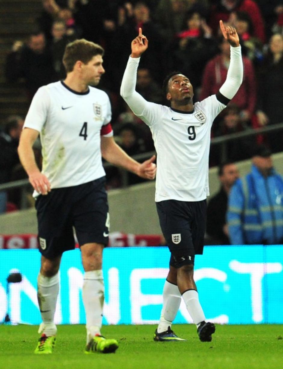 Daniel Sturridge celebra junto a Steven Gerrard luego de anotarle a Dinamarca