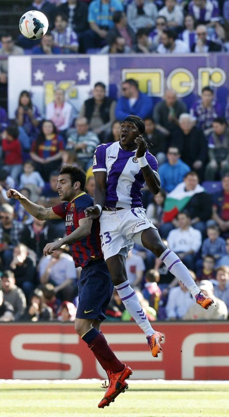 Cesc Fábregas, mediocampista del FC Barcelona pelea el balón con Manucho, defensor del Valladolid en la jornada de este sábado de la Liga Española. (Foto: AFP)