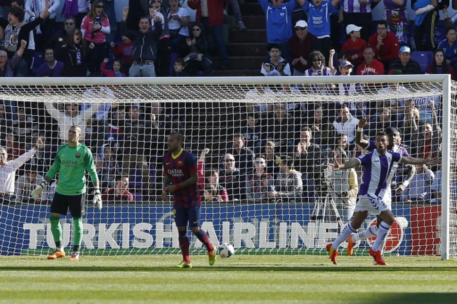 Fausto Rossi, mediocampista del Valladolid, celebra el gol que le anotó en el primer tiempo al Barcelona en el partido que disputan en Valladolid este 8 de marzo. (Foto: AFP)