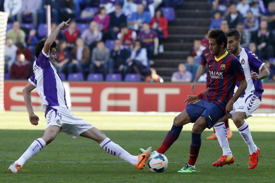 Marc Valiente, del Valladolid, enfrenta a Neymar en el partido que disputan hoy en Valladolid. (Foto: AFP)