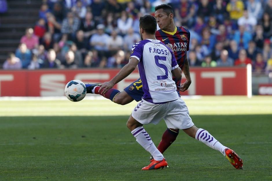 Fausto Rossi, del Valladolid, se mide en el medio campo con el defensor del FC Barcelona, Adriano, durante el partido entre el FC Barcelona y el Valladolid FC. (Foto: AFP)