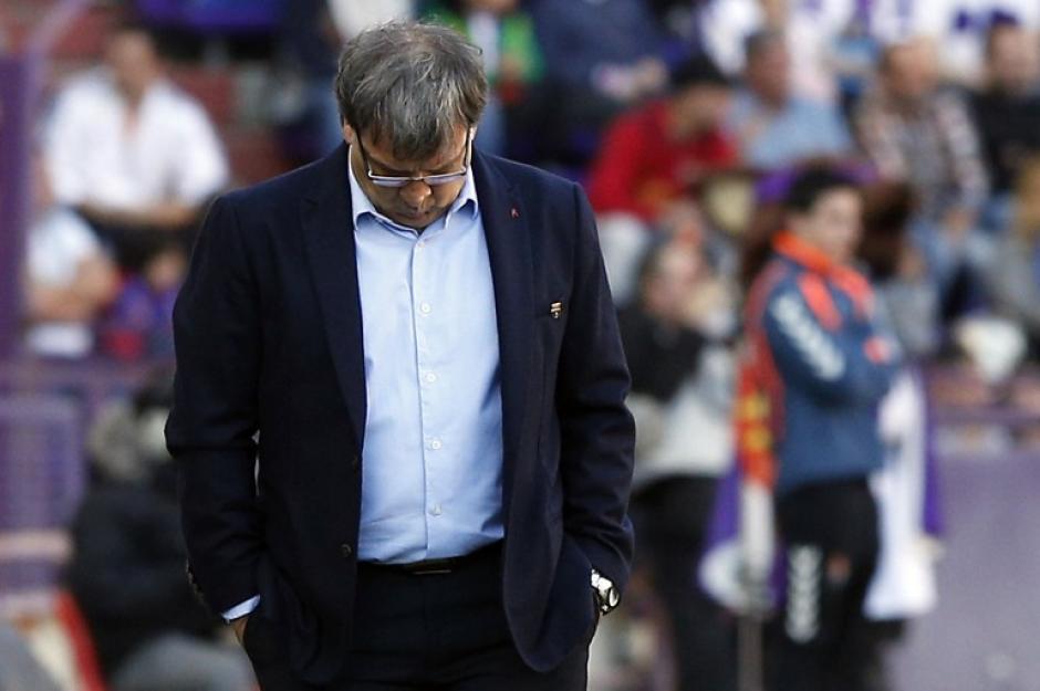 El Tata Martino sale del campo del estadio José Zorrilla luego que el equipo que dirige, el FC Barcelona, cayó por un gol ante el Real Valladolid. (Foto: AFP)