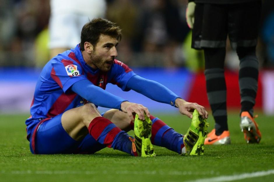 El defensa griego Nikolaos Karabelas cometió un error y terminó por alojar un balón en su propia puerta, lo que fue el 3-0 a favor del Real Madrid.