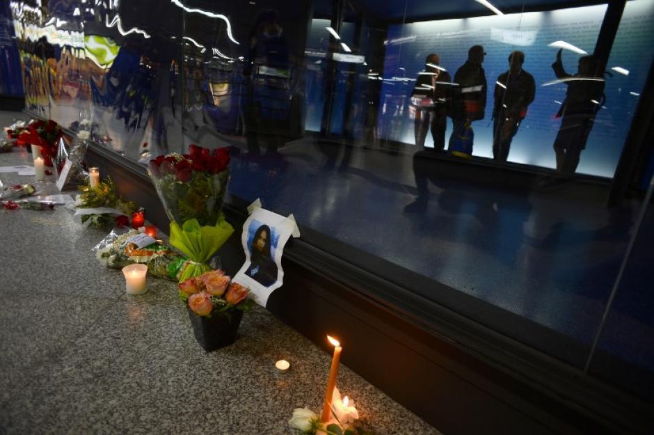 En el lugar donde fueron los atentados también se colocaron ofrendas florales y mensajes en recordación de las víctimas. (Foto: AFP)