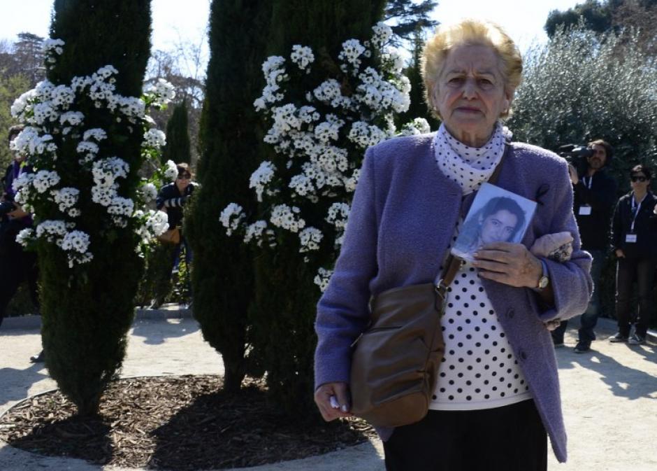 Familiares de las víctimas recuerdan a sus seres queridos. (Foto: AFP)