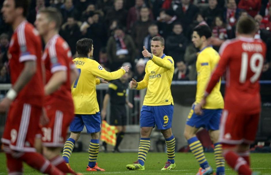 Lukas Podolski consiguió el empate para el Arsenal, pero esto no les alcanzó para avanzar a la siguiente ronda