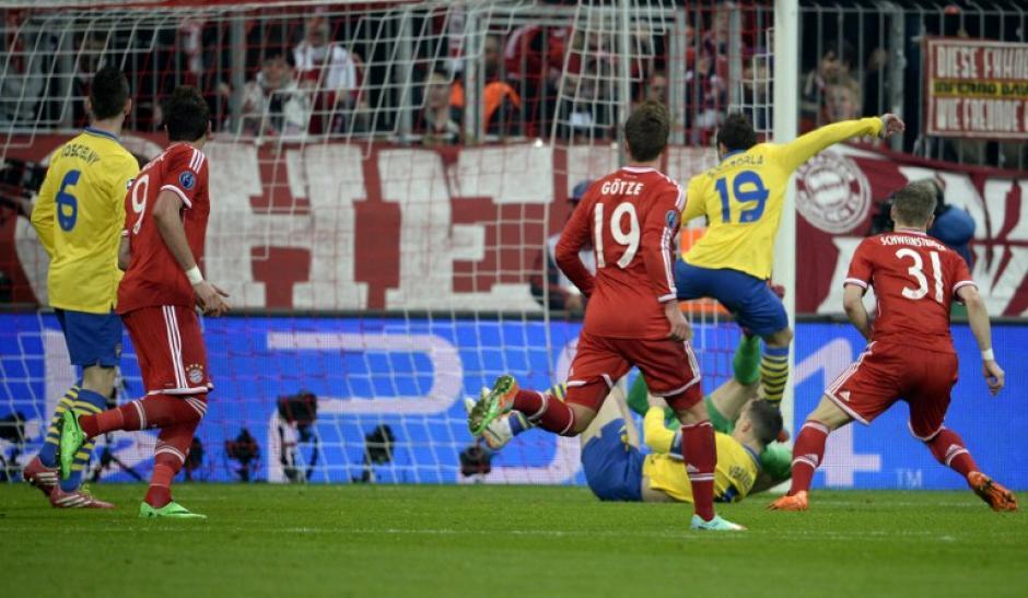 La jugada del gol de Lukas Podolski. (Foto: AFP)