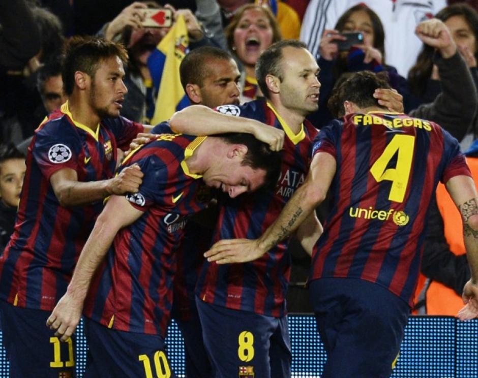 Los jugadores del Barcelona felicitan a Messi, quien anotó el gol con el que los catalanes derrotaron al Manchester City