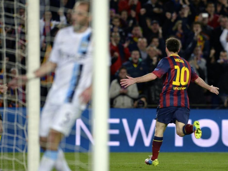 Messi celebra tras anotarle a Hart
