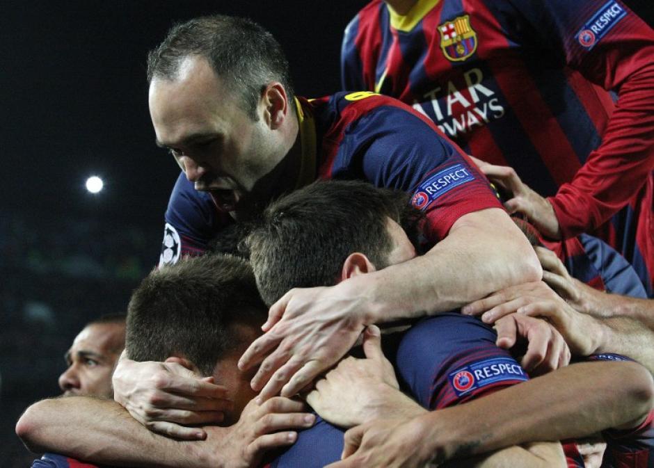 Los jugadores celebran eufóricos el gol conseguido por Lio Messi