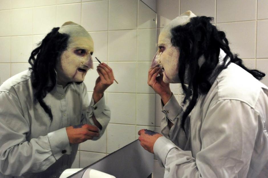 Uno de los asistentes hace los últimos retoques a su maquillaje. (Foto: AFP)