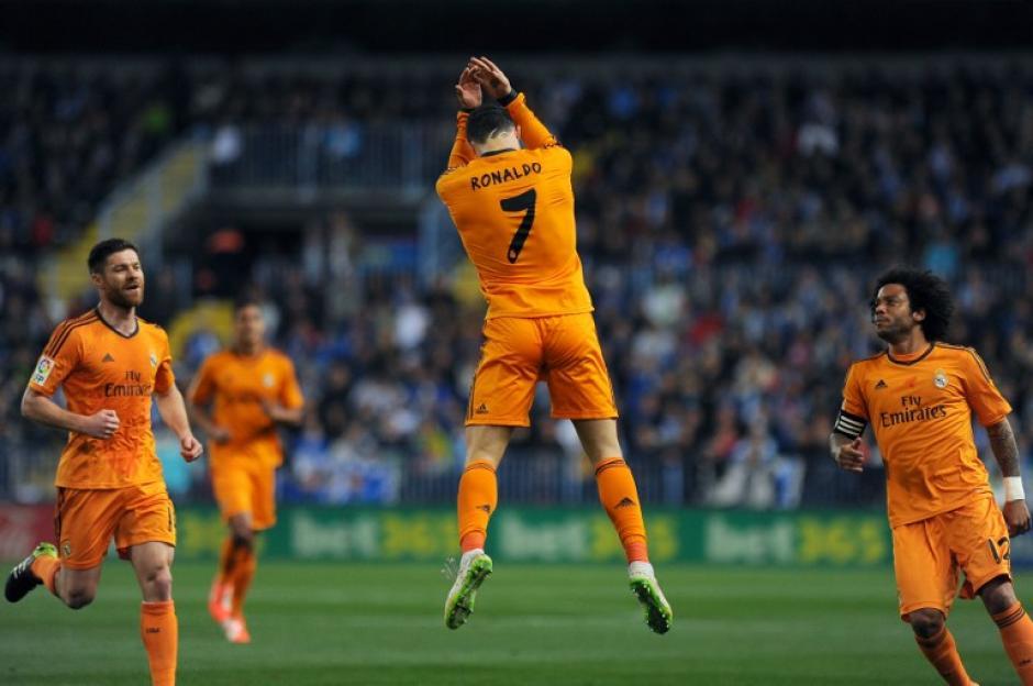 Delantero portugués del Real Madrid Cristiano Ronaldo celebra junto Marcelo y el centrocampista Xabi Alonso después de anotar el que sería el único gol del encuentro ante el Málaga. (Foto: AFP/ JORGE GUERRERO)