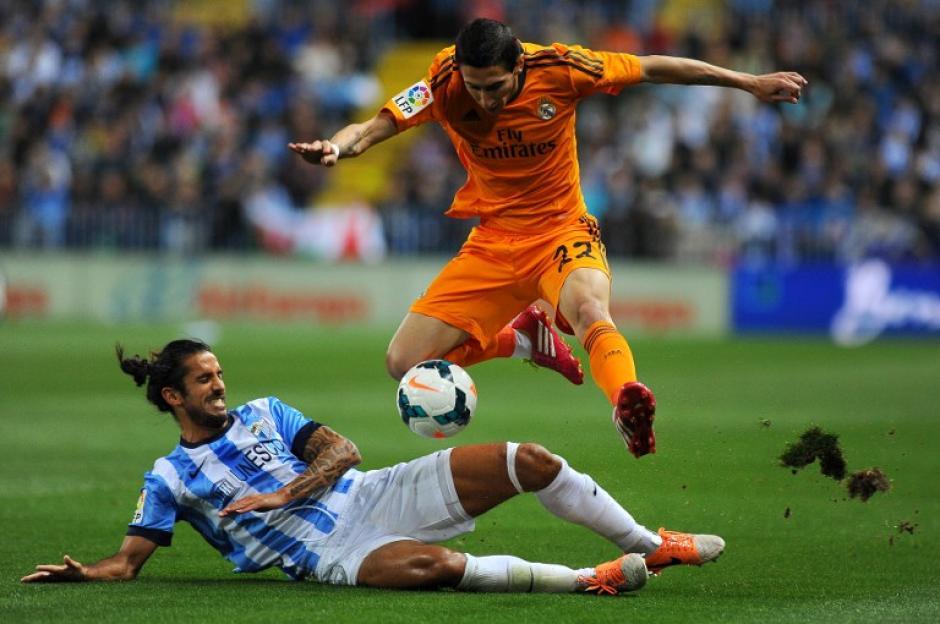 El defensa argentino del Málaga Marcos Alberto Angeleri (abajo) intenta frenar al centrocampista argentino del Real Madrid Ángel di María. (Foto: AFP/Jorge Guerrero)