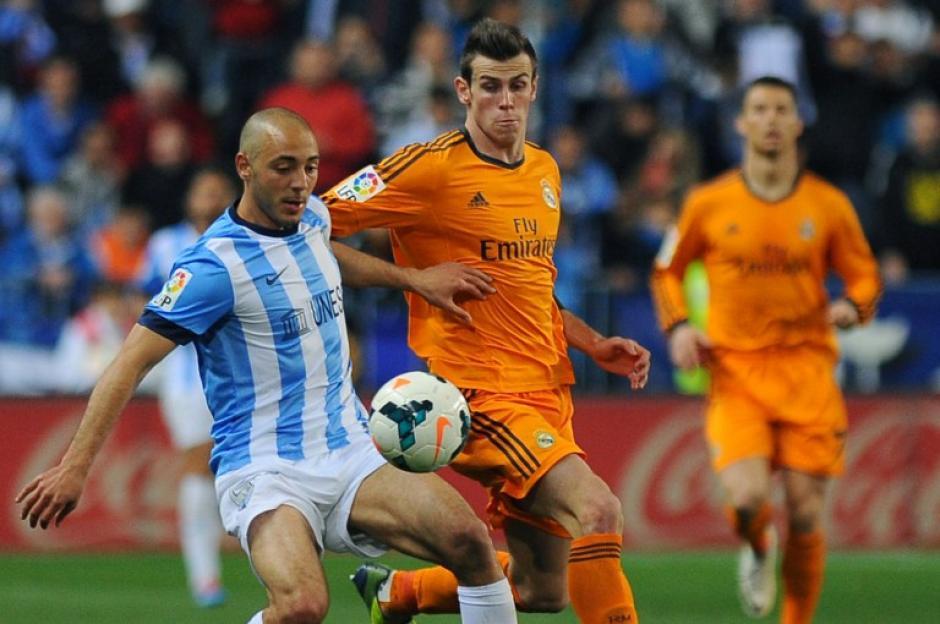 El marroquí Nordin Amrabat, delantero del Málaga, se mide con el galés Gareth Bale, en un partido donde los merengues sufrieron la victoria. (Foto: AFP/ Jorge Guerrero)
