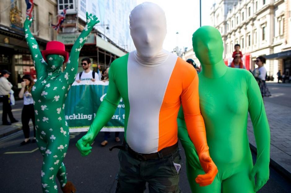 Participantes en el desfile de San Patricio en Londres, visten con la bandera de Irlanda, el color verde, característico de la fecha y por supuesto los tréboles que no pueden faltar y que son la insignia de suerte. (Foto: AFP)