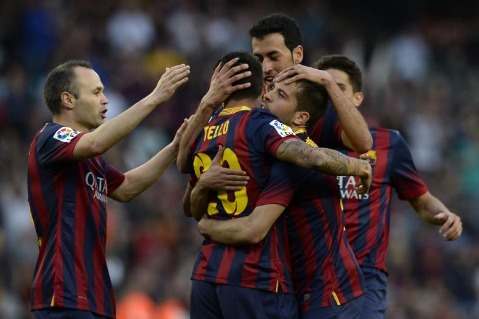 El cuadro azulgrana vuelve a celebrar junto, tras golear al Osasuna en el Camp Nou. (Foto: AFP)