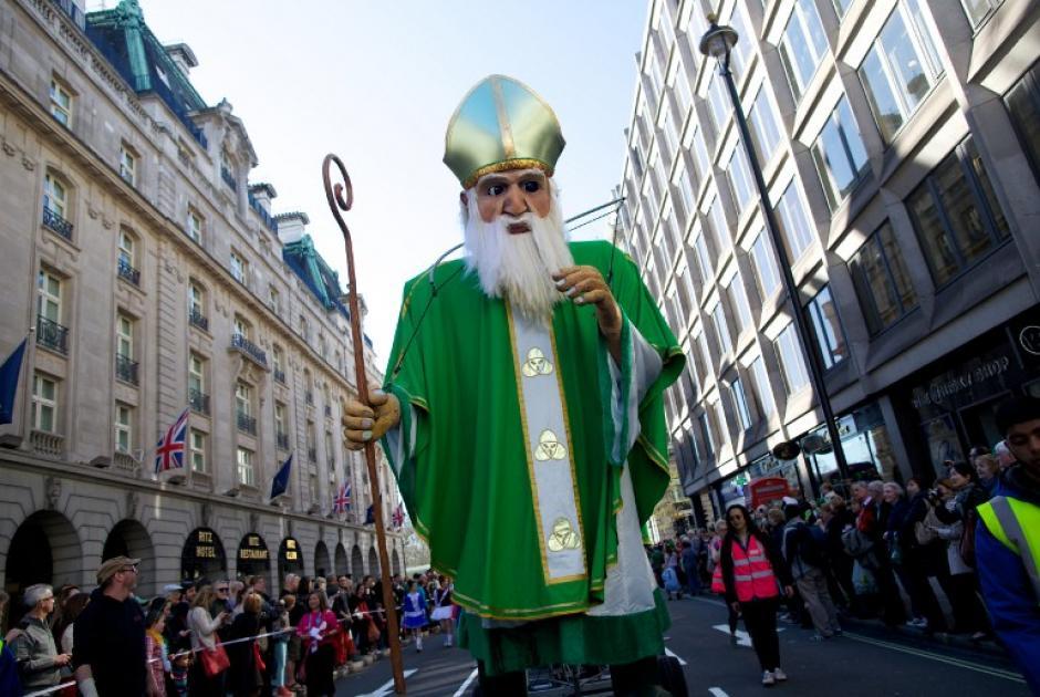 En Londres, también se efectúan actos en honor al santo. No faltan los desfiles alusivos a la fecha. (Foto: AFP)