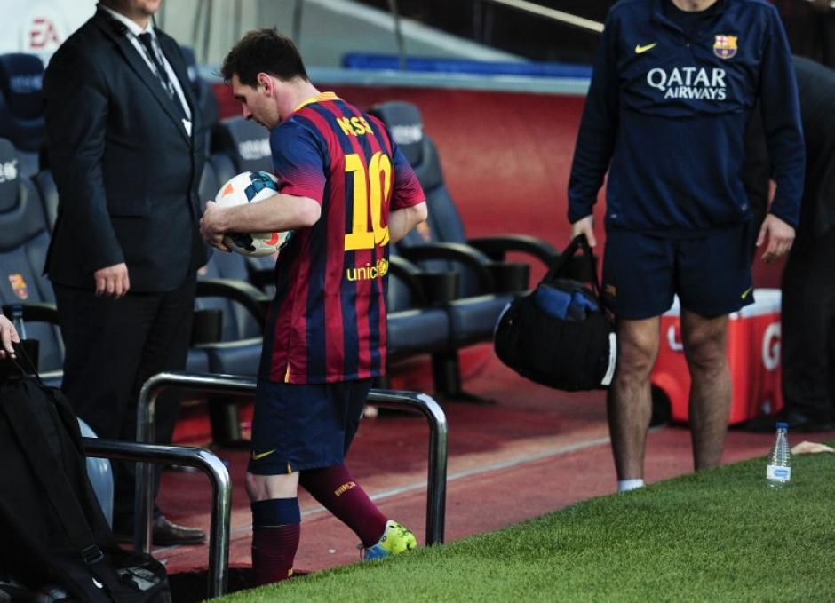 Leonel Messi se llevó a casa el balón con el que superó el récord de goleador histórico en el FC Barcelona. (Foto: AFP)