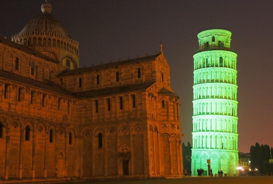 La torre de Pisa en Italia, fue iluminada en honor a la fecha de San Patricio. (Foto: AFP)