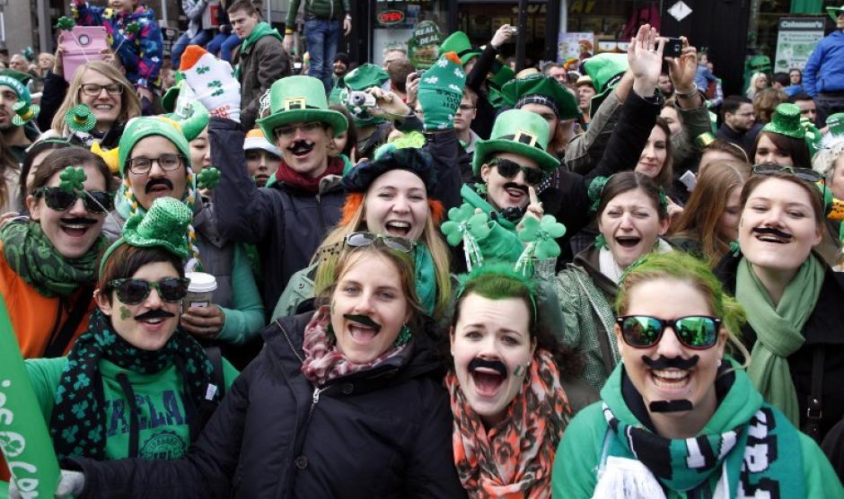 """Los irlandeses disfrutan el día, saliendo a ver el desfile y asistiendo a los """"pubs"""" para tomar cerveza. (Foto: AFP)"""