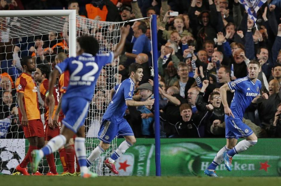 Cahill empieza a celebrar tras anotar el 2-0 al minuto 42 en Stamford Bridge. (Foto: AFP)