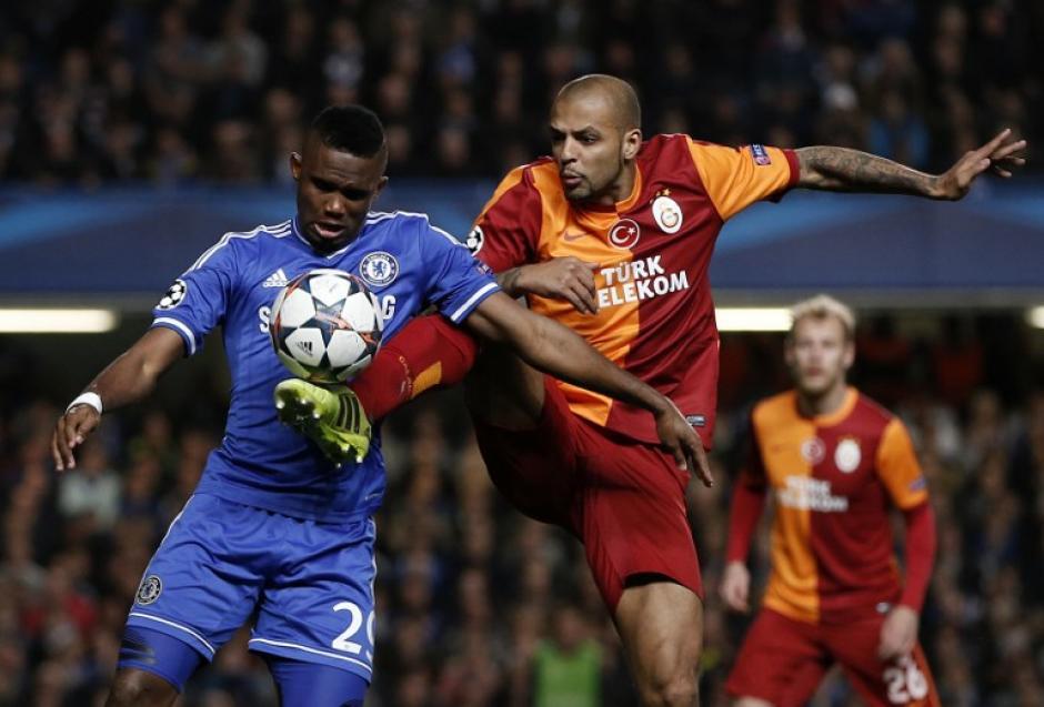 El zaguero brasileño del Galatasaray, Felipe Melo disputa el balón con Samuel Etoo. (Foto: AFP)