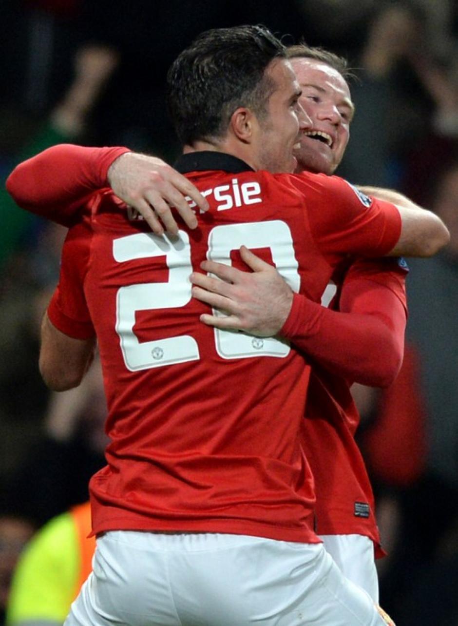 Persie y Rooney, este último el jugador inglés mejor pagado, celebraron el triunfo que los mantiene con vida en la Champions, la única competencia en la que aún aspiran a lograr un título. (Foto: AFP)