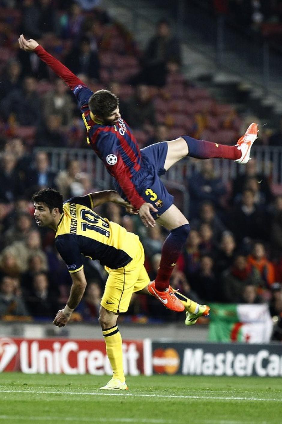 Gerard Piqué se lesionó tras esta caída y tuvo que dejar el terreno de juego prematuramente. (Foto: AFP)