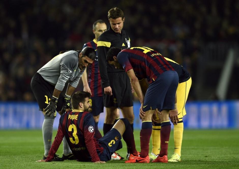 Piqué tuvo que pedir su cambio tras lastimarse la espalda. (Foto: AFP)