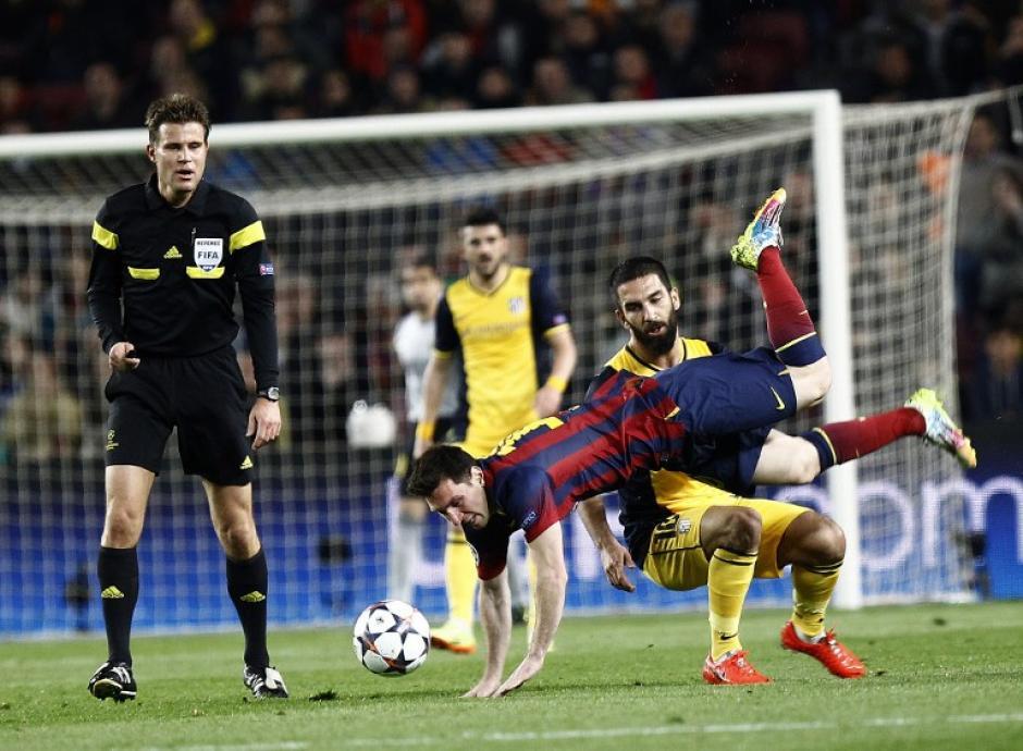 El juego fue bastante duro, especialmente en el el medio campo. (Foto: AFP)