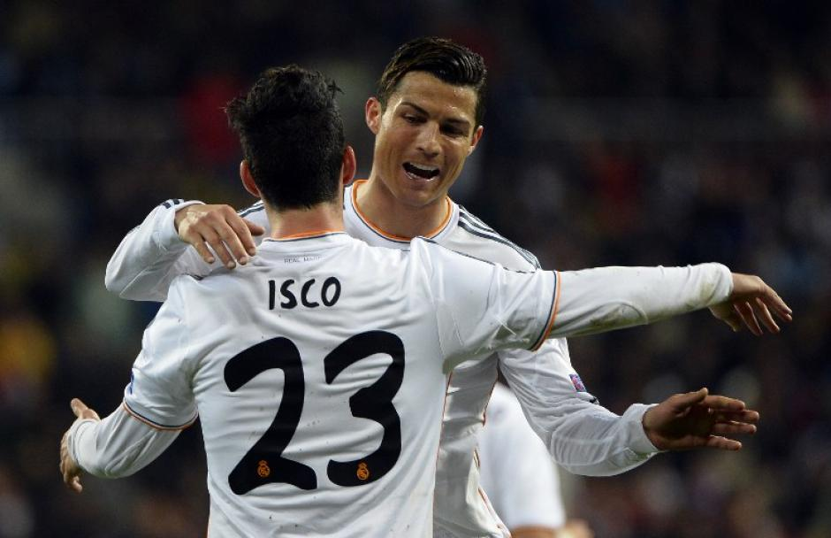 Cristiano Ronaldo felicita a Isco durante el primer tiempo. (Foto: AFP)