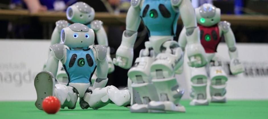 Los robots tienen que demostrar sus habilidades robóticas en varias diciplinas entre las que destacan jugar fútbol. (Foto: AFP)