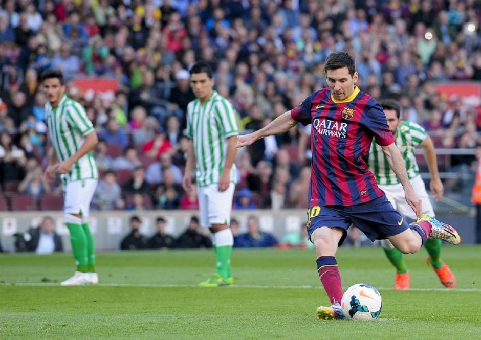 Lionel Messi cobra el penalti al minuto 14 del partido entre el FC Barcelona y el Real Betis, tiro con el que el equipo catalán se adelantó en el marcador con un gol. (Foto: AFP)