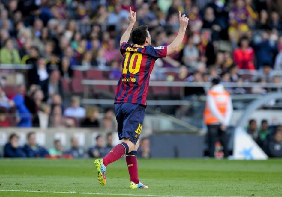 Lionel Messi celebra el gol de penal que anotó al minuto 14 del primer tiempo para poner adelante al FC Barcelona en el juego contra el Betis. (Foto: AFP)