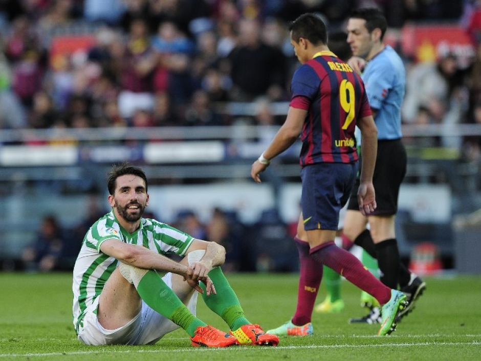 Jordi Figueras, defensor del Betis se lamenta luego de anotar en su propio arco en el partido contra el FC Barcelona. (Foto: AFP)