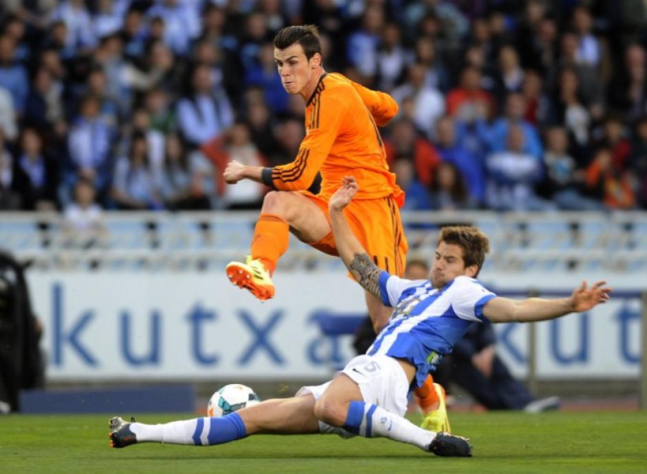Gareth Bale, el atacante galés del Real Madrid, evade al defensor del Real Sociedad Íñigo Martínez durante el encuentro entre ambos equipos en el estadio Anoeta en San Sebastián. (Foto: AFP)