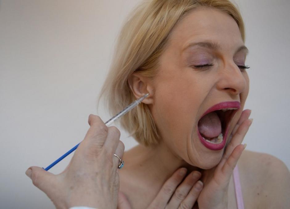 """Doina Postolachi, de 34 años, recibe tratamiento con veneno de abeja en un centro médico en Bucarest. Doina asiste dos veces por semana al centro médico para recibir inyecciones de veneno de abeja o """"apitoxina"""". La humilde abeja ha sido una importante fuente de medicinas alternativas desde la antigüedad: se usael polen para la indigestión, la miel para curar heridas y el veneno para la esclerosis múltiple. Rumanía está trabajando para mantener la tradición de la """"apiterapia"""" viva. (Foto: AFP/DANIEL MIHAILESCU)"""