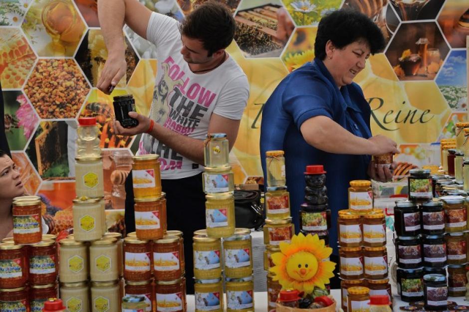 Varios tipos de miel y otros proeductos apícolas se ofrecen a los clientes en el centro de la ciudad de Bucarest. (Foto: AFP/ DANIEL MIHAILESCU)