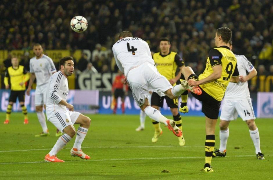 Lewandowski luchó cada balón ante Sergio Ramos. (Foto: AFP)